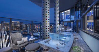 Tra squali e pillole, come si dorme nella suite di Damien Hirst a Las Vegas