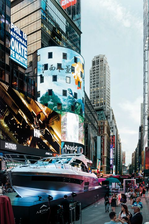 Azimut Yachts a Times Square