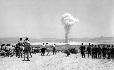 Spettatori osservano un test atomico nel deserto di Las Vegas